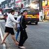 Pedestres atravessam a estrada do M'Boi Mirim (zona sul)