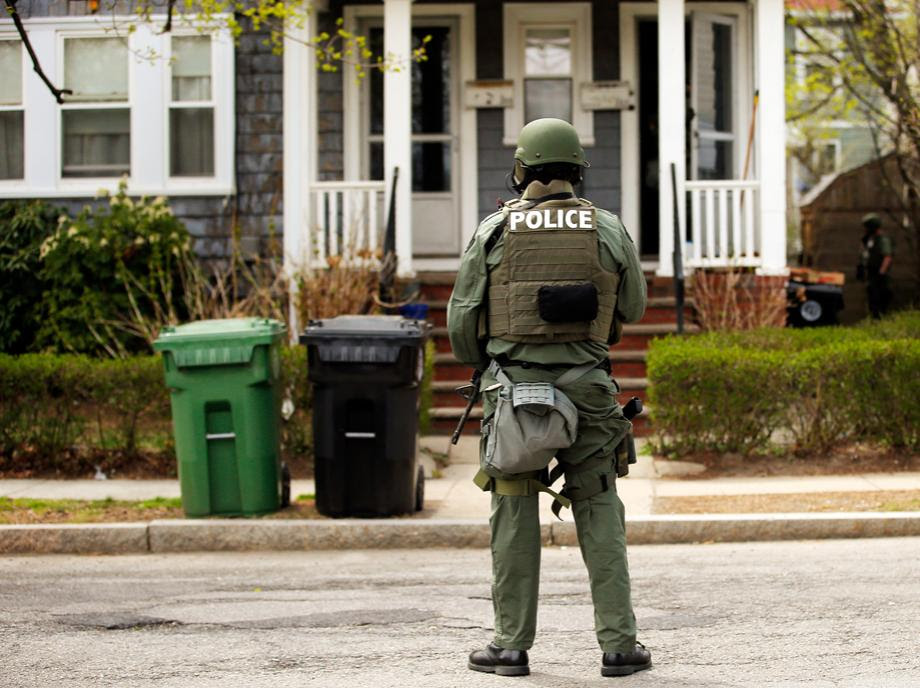 Police officers search house to house for the second suspect in the Boston Marathon bombings in a neighborhood of Watertown, Massachusetts April 19, 2013. Two explosions hit the Boston Marathon as runners crossed the finish line killing at least three people and injuring over 100 others.