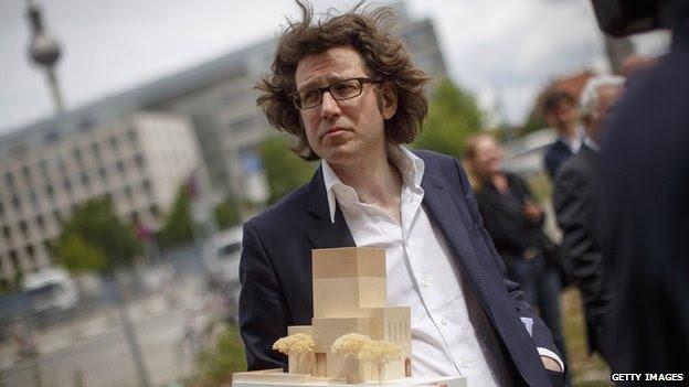 Arquitecto Wilfried Kuehn sostiene el modelo de la casa de uno