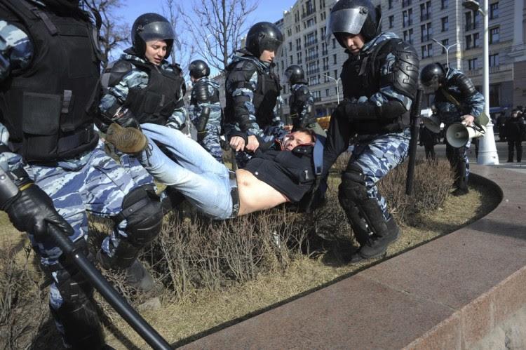 Задержание на несанкционированной акции протеста 26 марта. Фото AP/Scanpix