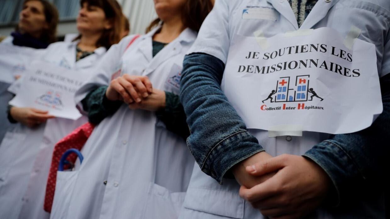 Des personnels de santé de l'hôpital Saint-Louis à Paris manifestent le 3 février 2020.