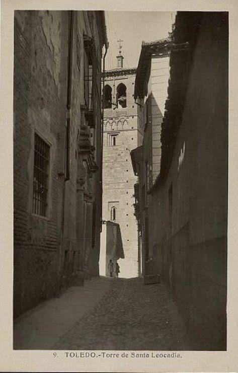 Torre de la Iglesia de Santa Leocadia desde el Callejón de San Ildefonso a comienzos del siglo XX. Foto Heliotipia Artística Española