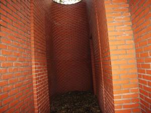 069b Doolhof in rode baksteen van binnen