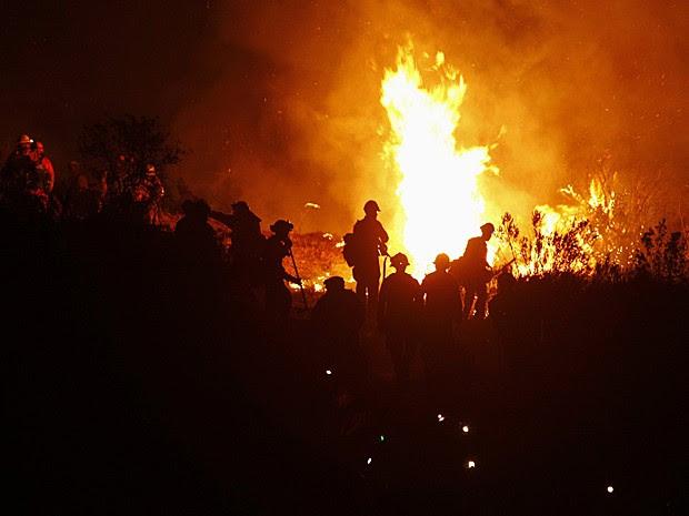 Cerca de mil bombeiros fazem força-tarefa para controlar o fogo na Califórnia (Foto: Patrick T. Fallon/Reuters)