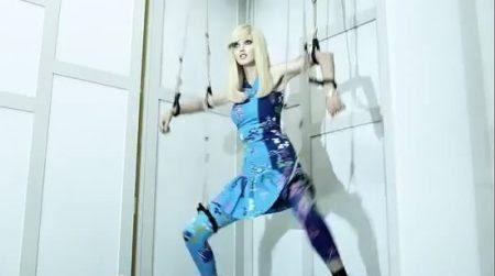 Em seu vídeo Versace para a H & M, ele claramente retrata modelos como fantoches MK controlados pela elite implacável.