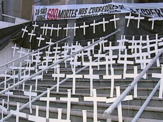 Cerca de 600 cruzes foram colocadas na fachada, além de velas e caixão (Foto: Reprodução/TV Tem)