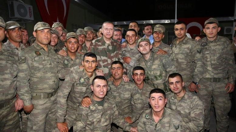 Ο Ταγίπ Ερντογάν ποζάρει ανάεσα σε τούρκους στρατιώτες.Fhoto via Turkish Pressidency