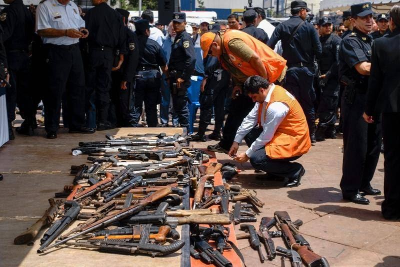 Repræsentanter fra OEA (Organisationen af Amerikanske stater) tjekker indleverede våben fra de to store bander i El Salvador, Mara Salvatrucha og Barrio 18. En fredsaftale mellem banderne betød, at mordraten faldt med 60 % i hovedstaden,  San Salvador. Foto: All Over Press