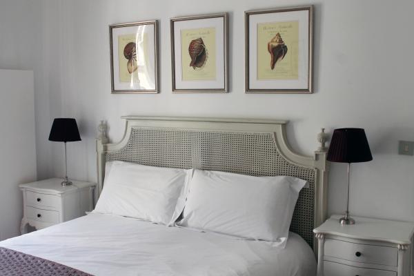 parisian-apartment-bedroom