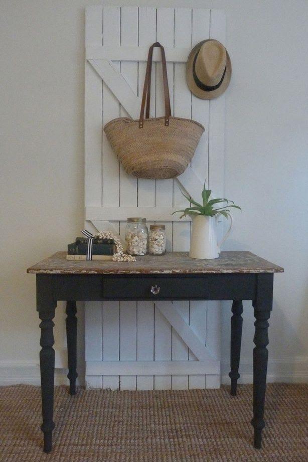 Brocante keukentafel / bureau / sidetable: door zwarte poten toch stoer! Vergelijkbare oude brocante tafels te koop bij Old BASICS (webshop en grote loods 750 m2)
