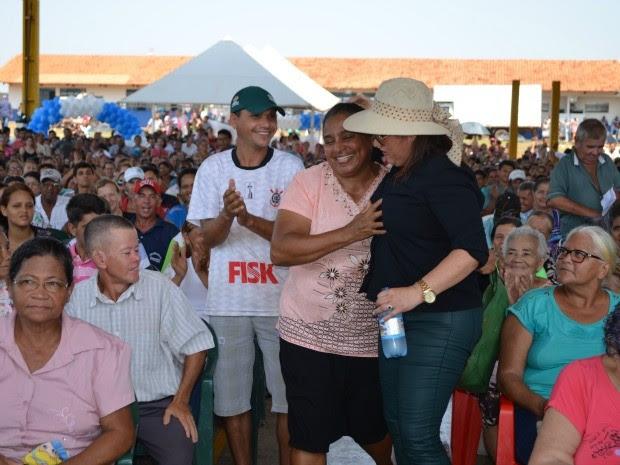 A senhora Maria Nair foi a primeira sorteada. (Foto: Magda Oliveira)