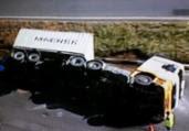 Caminhão de carga tomba e espalha óleo na BR-324   Reprodução   Record TV