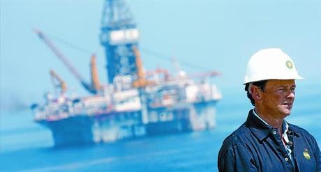 El director ejecutivo de BP, Tony Hayward, en la zona del Golfo de México, el pasado mes de mayo .