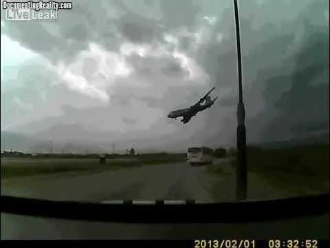 Um vídeo de um avião caindo após decolagem no Afeganistão está ganhando grande repercussão na internet