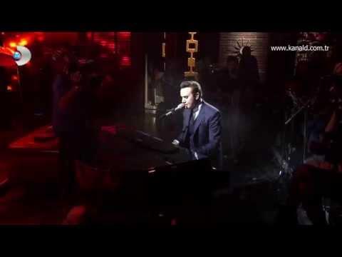 """Mustafa Ceceli piyanonun başına geçti ve son albümünden """"Gül Rengi"""" şarkısını sevgililer için söyledi!"""