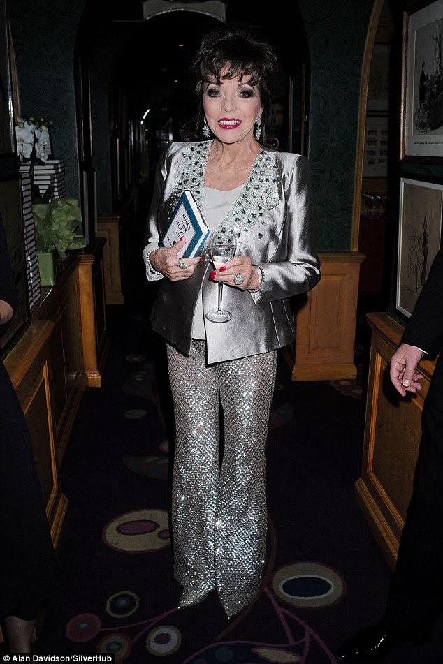 Tudo o que reluz: Joan Collins escolheu um par de brilhantes calças de prata bebeu um copo de água no evento