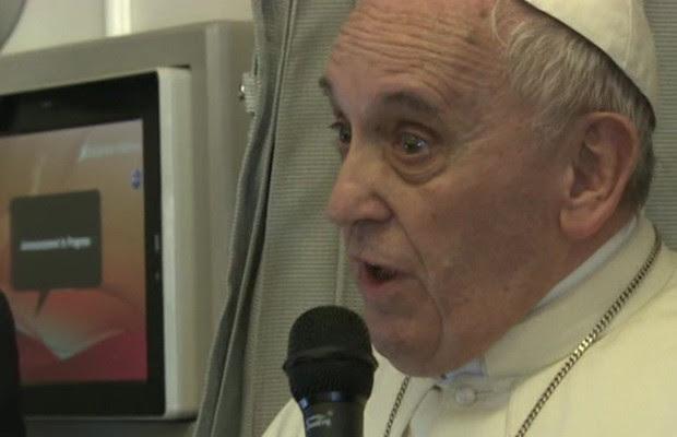 , Francisco disse a jornalistas no avião papal que seu assistente poderia esperar um soco se ele xingar sua mãe (Foto: BBC)