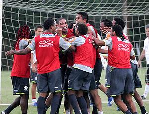 Adriano e os companheiros durante o treino do Flamengo