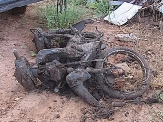 Moto foi encontrada perto do estaleiro, no rio Tietê (Foto: Reprodução/ TV TEM)