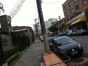 Calçada à esquerda onde jovem morreu fica a poucos metros de bar em que pai foi assassinado (Foto: Kleber Tomaz/G1)