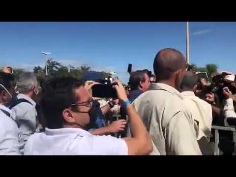 Vídeo mostra chegada do presidente Bolsonaro no RN; cumprimenta pessoas em Mossoró