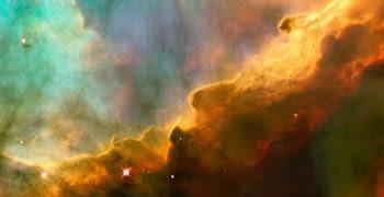 Nebulosa, gas de color naranja-azulado con estrellas en su interior
