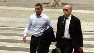 L'empresari rus Andrei Petrov, a l'esquerra, arriba al Palau de Justícia amb el seu advocat, Jacobo Teijelo (ACN)