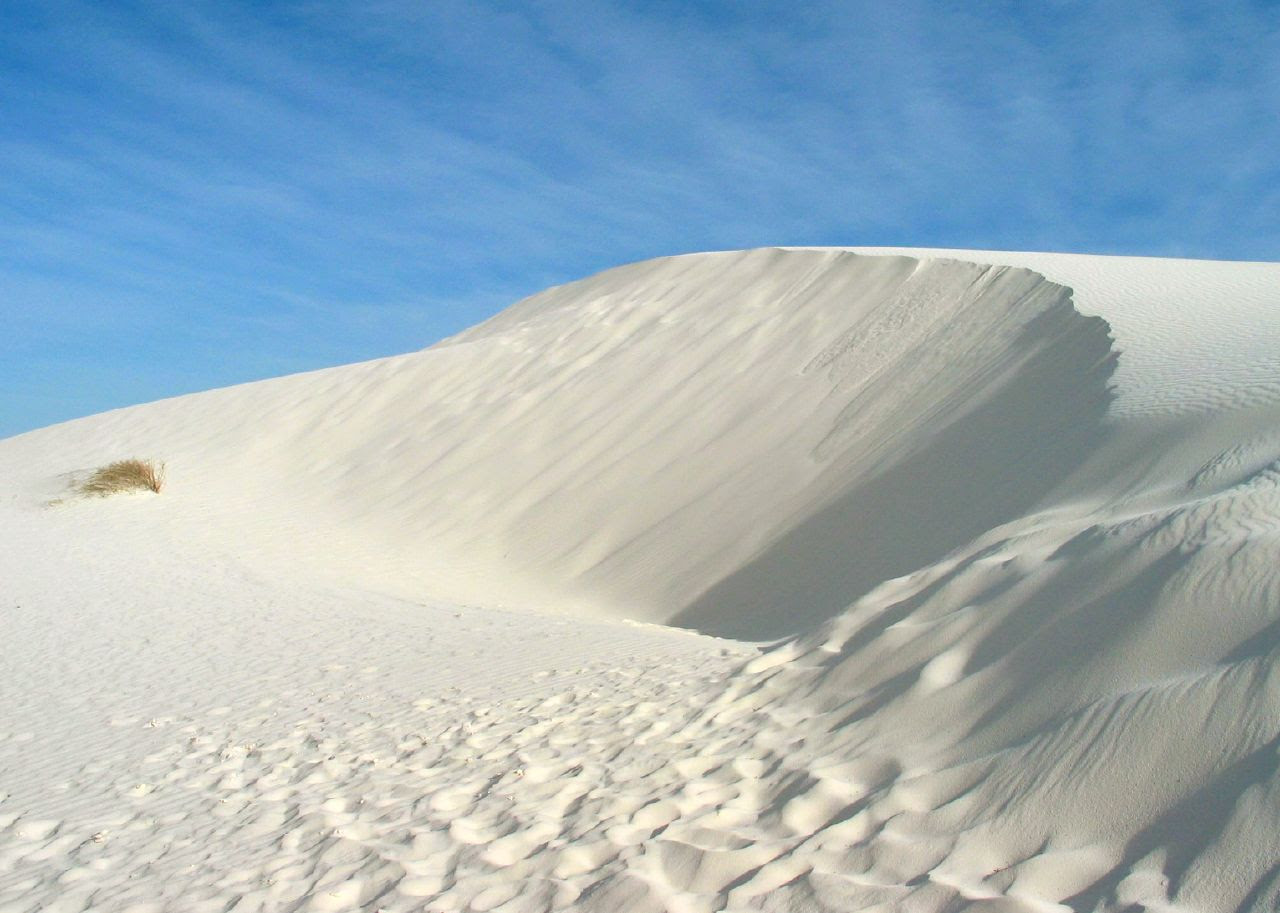 http://upload.wikimedia.org/wikipedia/commons/1/10/White_Sands_New_Mexico_USA.jpg