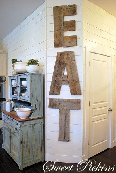 Love the big plank letters- pretty :)