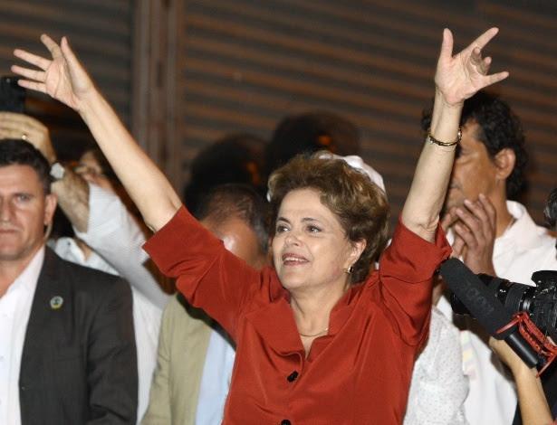 A presidente afastada Dilma Rousseff fala com manifestantes contrários ao seu impeachment durante ato em Belo Horizonte