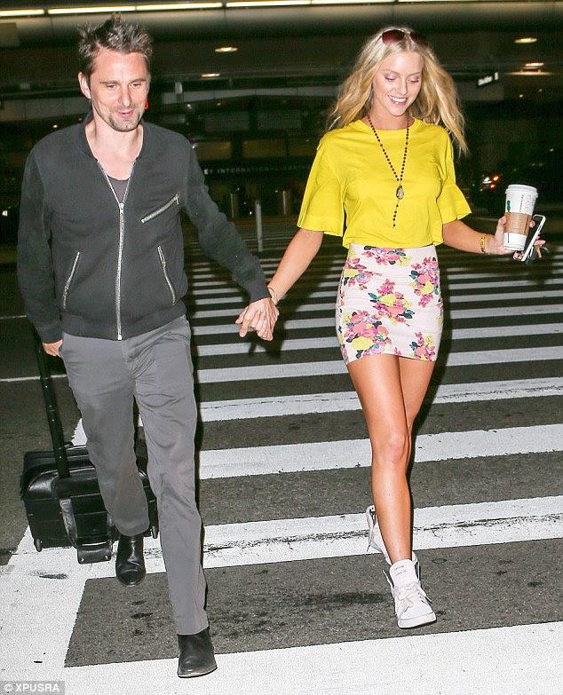 El período de luna de miel no ha terminado: Matt Bellamy parecía enamorado de su novia Kate Hudson lookalike Elle Evans cuando salían del aeropuerto internacional de Los Ángeles mano a mano el martes