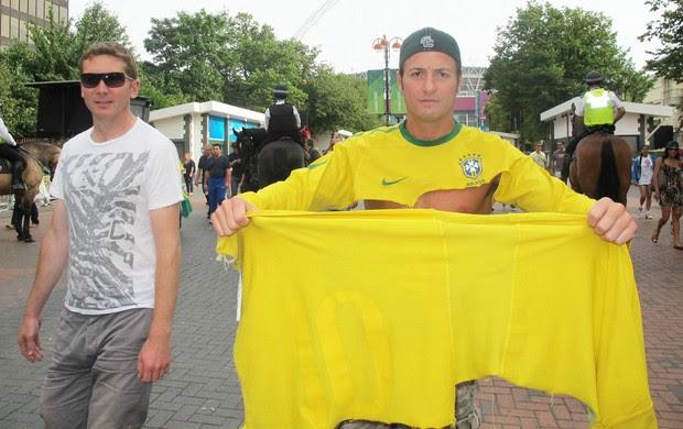 Brasileiro rasga camisa da Seleção (Foto: Cahê Mota / Globoesporte.com)