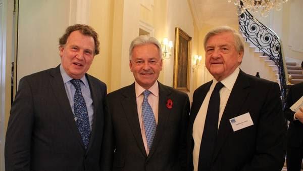 Acercamiento. De izquierda a derecha. El embajador argentino Carlos Sersale, el vicecanciller británico Alan Duncan y el presidente del directorio de British Telecommunication, Mike Rake