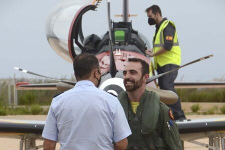 El general Guerrero, jefe de la División de Planes del Ejército del Aire, saluda al capitán Deñgado.
