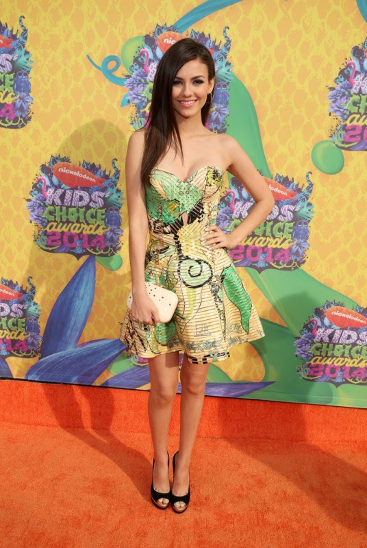 victoria-justice-nickelodeon-27th-annual-kids-choice-awards-atelier-versace-dress-kotur-clutch-jimmy-choo-pumps