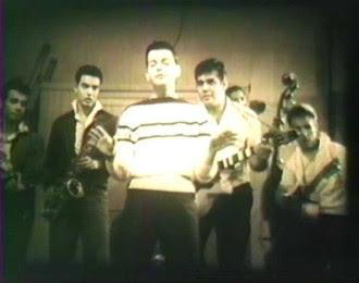 Cauby Peixoto (primeiro plano) e banda de figuração formada por Carlos Imperial, Erasmo Carlos e Roberto Carlos (ao fundo)