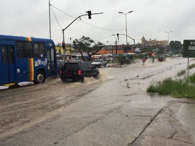 No Cabo de Santo Agostinho, Avenida Nossa Senhora do Bom Conselho tem trechos alagados (Foto: Danilo César/TV Globo)