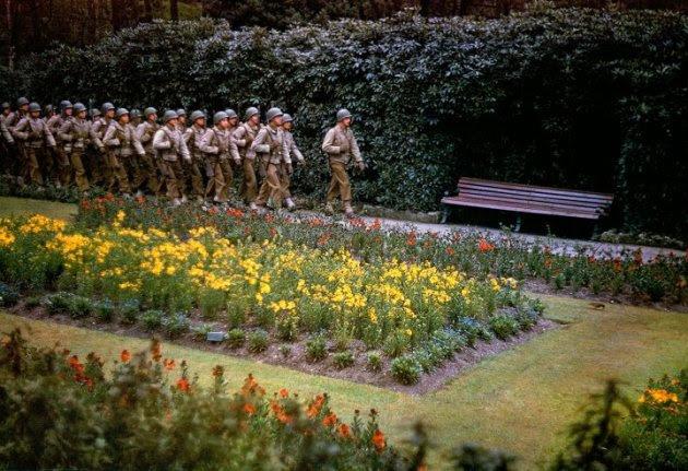 """Bunga-bunga bermekaran di mana-mana, dan semua orang menunggu berita dari Inggris. Semua orang seperti berjinjit, berusaha mendengar letusan senjata."" — Majalah LIFE tentang suasana Amerika"