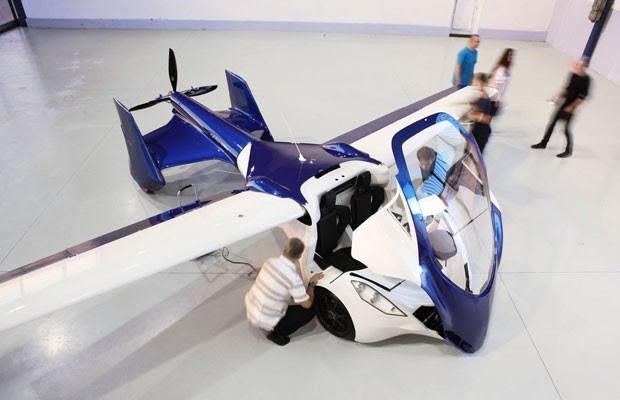Carro voador da AeroMobil, em exposição em feira automotiva da Eslováquia. (Foto: Divulgação/AeroMobil)