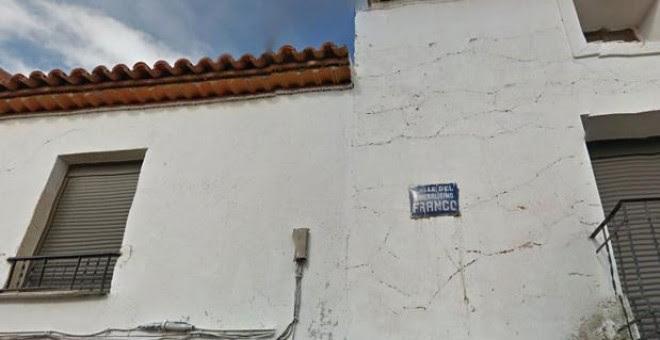 Foto con el cartel de la calle Generalísimo Franco en el pueblo zaragozano de Mainar.