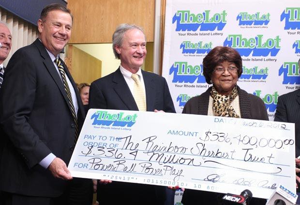 Louise White, à esquerda, recebe seu cheque premiado nesta terça-feira (6) em Cranston, no estado americano de Rhode Island (Foto: AP)