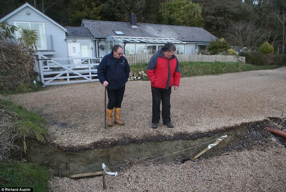 En péril: les fissures énormes sont apparus le long de la Undercliff entre Seaton et Lyme Regis mettre ce port propriété de 1 million en danger