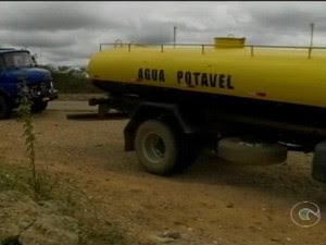 Operação-pipa é alternativa na seca (Foto: Reprodução/TV Grande Rio)