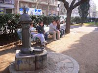 vam esmorzar en la plaça que hi ha davant de la Filmo