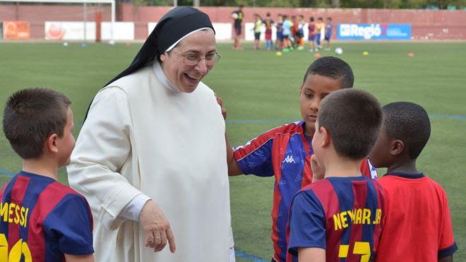 Irmã Lucía rodeada de crianças em um jogo de futebol