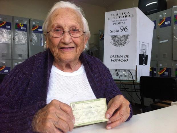 Dona Maria, 96 anos, votou em Pelotas (Foto: Daniel Trzeciak/RBS TV)