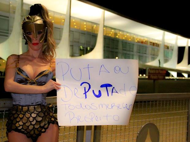 Spartana Hera durante protesto por valorização de garotas de programa em Brasília (Foto: Spartana Hera/Divulgação)