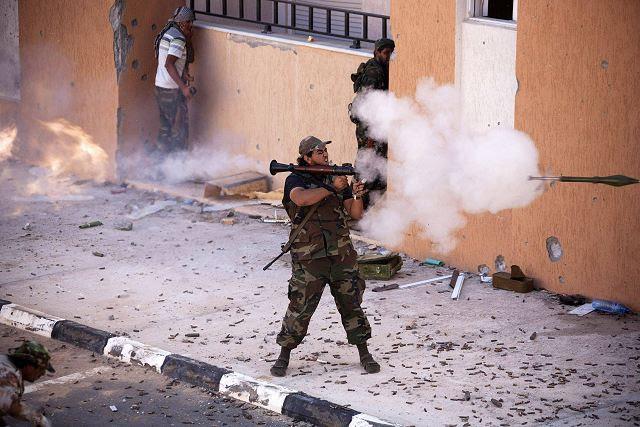 """La Agencia Central de Inteligencia (CIA) de Estados Unidos ha comenzado a enviar armas a Jordania con el fin de armar pequeños grupos de rebeldes sirios vetados dentro de un mes, el Wall Street Journal informó el jueves 27 de junio de 2013. """"Se espera que la CIA pasar hasta tres semanas trayendo armas ligeras y posiblemente misiles antitanque a Jordania"""", dijo el diario en su informe, citando a diplomáticos y funcionarios estadounidenses informados sobre los planes."""