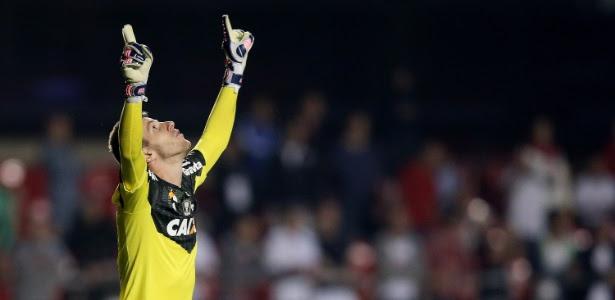 http://imguol.com/c/esporte/2014/09/24/goleiro-paulo-victor-do-flamengo-comemora-apos-defender-penalti-de-rogerio-ceni-24set2014-1411613005919_615x300.jpg