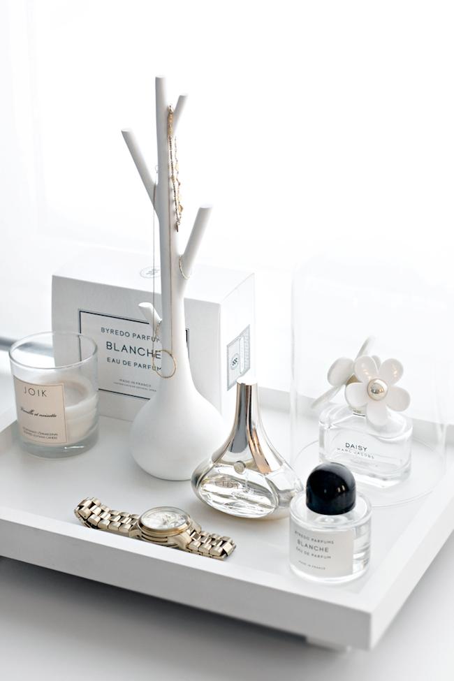 A Fashionable Home: Minimal And Bright Walk-In Closet -- Scandinavian Minimal Interior Design -- Beauty Tray Via Stylizimo -- photo 5-Le-Fashion-Blog-A-Fashionable-Home-Minimal-Bright-Walk-In-Closet-Scandinavian-Minimal-Interior-Design-Beauty-Tray-Via-Stylizimo.png